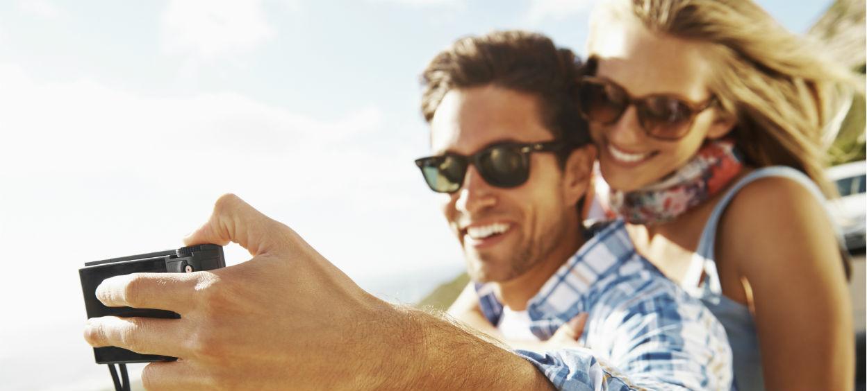 Couple qui prend une photo ensemble