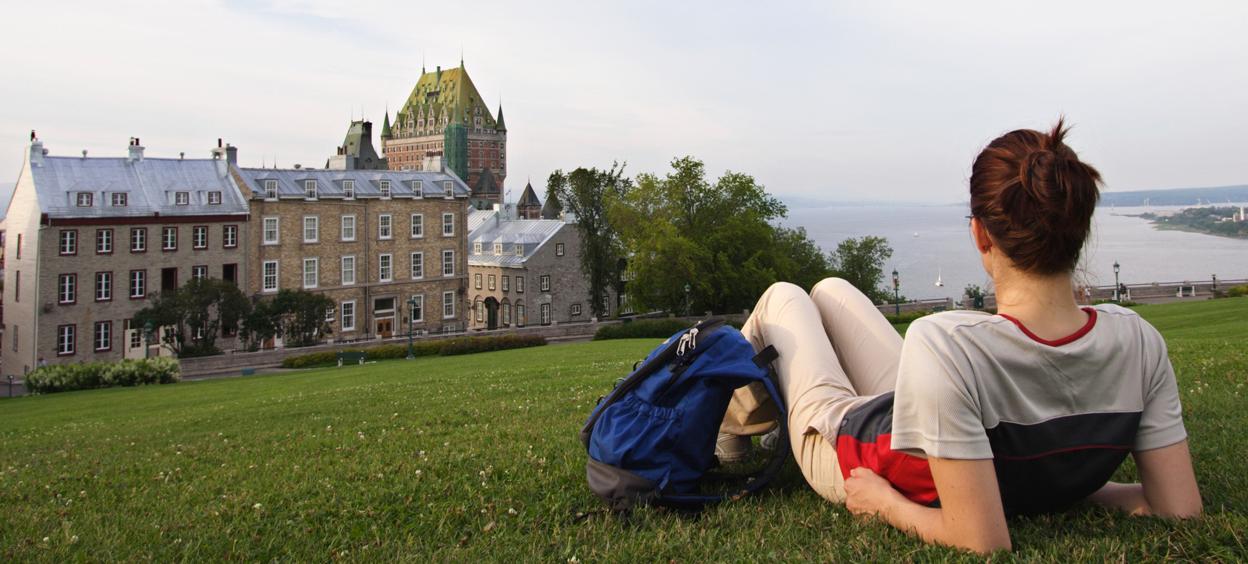 Étudiant qui regarde au Château Frontenac